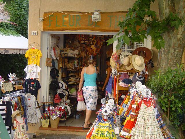 Le castellet village m dieval magasins for Le village du meuble bordeaux